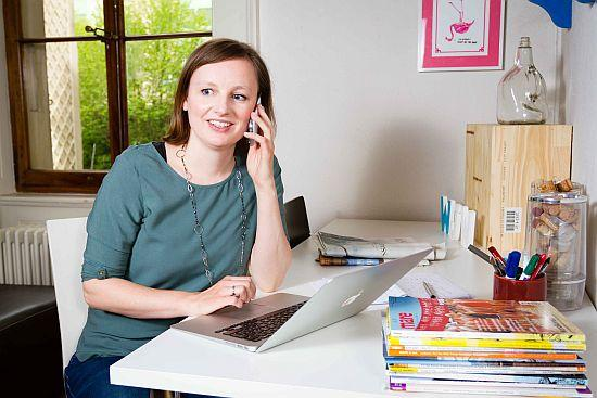 freie Journalistin Marike Frick telefoniert mit Experten