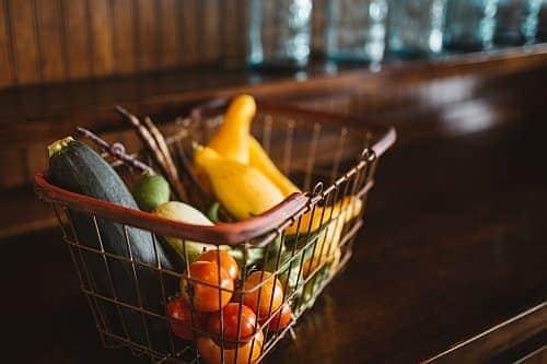 Ein Warenkorb mit online bestellten Lebensmitteln